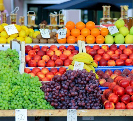puesto-de-frutas-en-el-mercado-del-pueblo-uvas-duraznos-naranjas